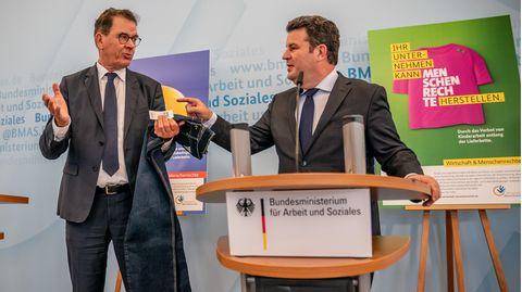 Gerd Müller und Hubertus Heil bei der Pressekonferenz zum Lieferkettengesetz