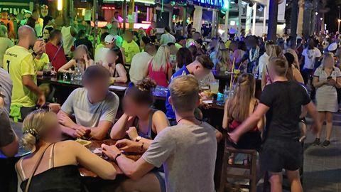 Dichtes Gedränge an der Bierstraße auf Mallorca