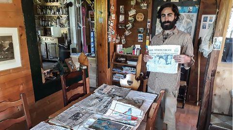 Thimotee Mottin, Leiter des Café-Restaurants Cabane du Cerro, hält eine Ausgabe einer Zeitung, die sich warscheinlich an Bord der Boeing 707 der Air India befand
