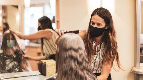 Maske tragen beim Friseurbesuch
