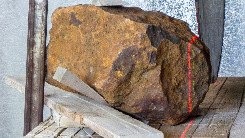 """Meteorit """"Blaubeuren"""" auf einer Werkbank"""