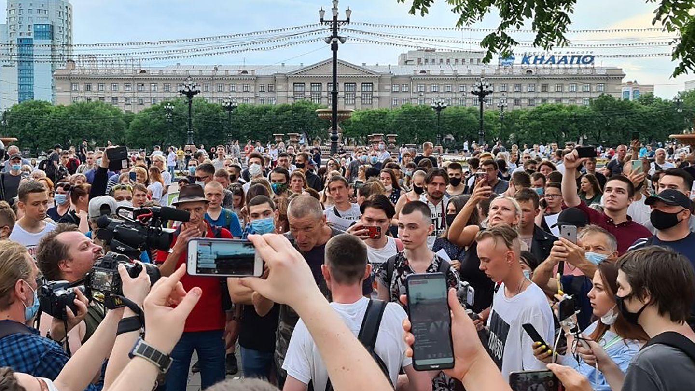 Chabarwosk, Russland: Demonstranten versammeln sich vor dem regionalen Parlamentsgebäude im Zentrum der Stadt