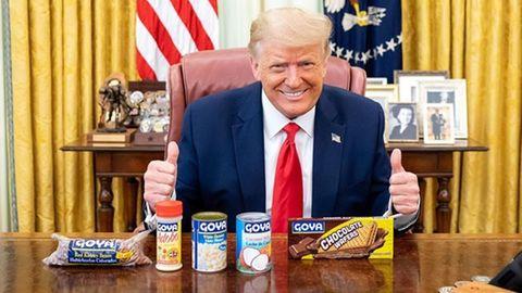 Donald Trump posiert im Oval Office mit Produkten der Marke Goya.