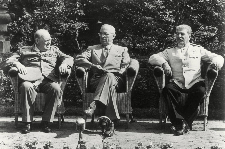 """17: Juli:Die """"Großen Drei"""" entscheiden über die Zukunft Deutschlands  Nach dem Ende des Zweiten Weltkriegs in Europa durch die Kapitulation Deutschlands am 8. Mai 1945trafen sich an diesem Tagdie Regierungschefs der drei alliierten Siegermächte Sowjetunion, USA und Großbritannien, um über die Zukunft Deutschlands zu entscheiden. Ein Fotograf fing den Augenblick ein, als WinstonChurchill (l.), Harry S. Truman (m.) und Josef Stalin (r.) während einer Verhandlungspause Platz im Garten des Schlosses Cecilienhof nahmen. Die Potsdamer Konferenz dauerte bis zum 2. August. Die """"großen Drei"""" fassten hier den Beschluss, Deutschland zu entmilitarisieren, zu entnazifizieren, zu demokratisieren,zu dekartellisieren und zu dezentralisieren."""