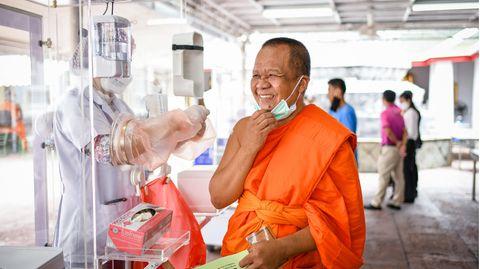 Corona-Test im Wat Pho Tempel in Bangkok