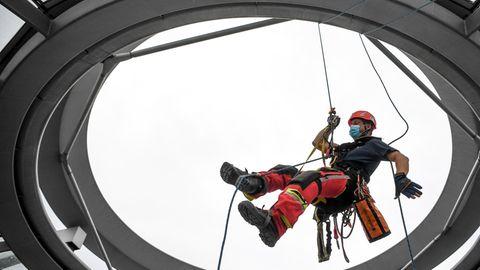 Ein Höhenretter der Feuerwehr seit sich in die Kuppel auf dem Berliner Reichstag ab