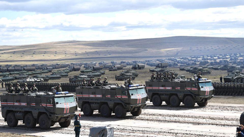 """Russland: Militärfahrzeuge fahren2018 über das Übungsgelände """"Tsugol"""", etwa 250 Kilometer südöstlich der Stadt Tschita in Ostsibirien.Wladimir Putin hat kurzfristig eine Reihe großangelegter Militärmanöver angeordnet."""