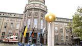 Das Deutsche Museum wird jährlich von 1,5 Millionen Menschen besucht. Damit ist das Deutsche Musseum eines der meist besuchten Museen in Deutschland. Hier findet man eine Sammlung aus rund 28.000 Objekte aus etwa 50 Bereichen der Naturwissenschaften und der Technik. Die Inhalte sollen den Besuchern möglichst verständlich und interessant näher gebracht werden. Auch im Deutschen Museum gelten besondere Corona-Maßnahmen.