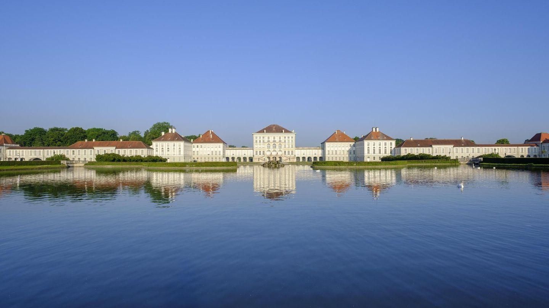 In Neuhausen-Nymphenburg findet man ein Wahrzeichen Münchens: das Schloss Nymphenburg. Jahrhundertelang war es das Residenzschloss der Wittelsbacher. Ein Besuch lohnt sich nicht nur wegen der eindrucksvollen Parkanlage, sondern auch der prunkvollen Innenausstattung wegen. Derzeit ist das Schloss für Besichtigungen teilweise geöffnet. Die Besucheranzahl ist begrenzt. Genaue Informationen findet man auf www.schloss-nymphenburg.de.