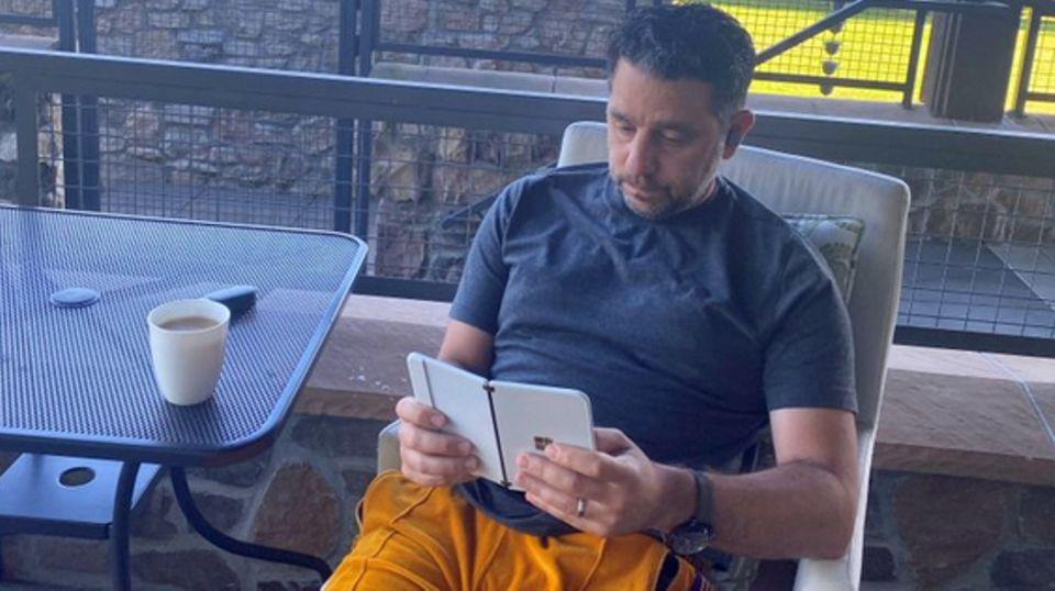 Surface Duo: Microsofts Hardware-Chef zeigt neuartiges Klapp-Telefon beim Morgenkaffee