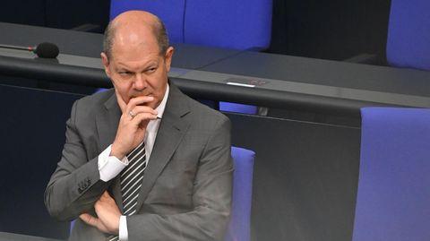 Bundesfinanzminister Olaf Scholz skeptisch auf der Regierungsbank