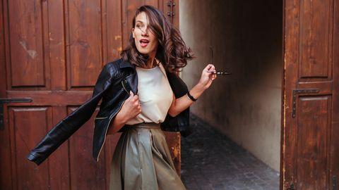 Zuden aktuellen Modetrends gehören 2020 Röcke oder auch Kleider aus(Kunst-)Leder