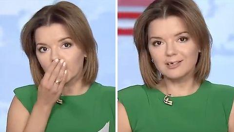 Links hält sich eine Moderatorin in grünem Top eine Hand vor den Mund, rechts sieht man, dass ihr ein Schneidezahn fehlt