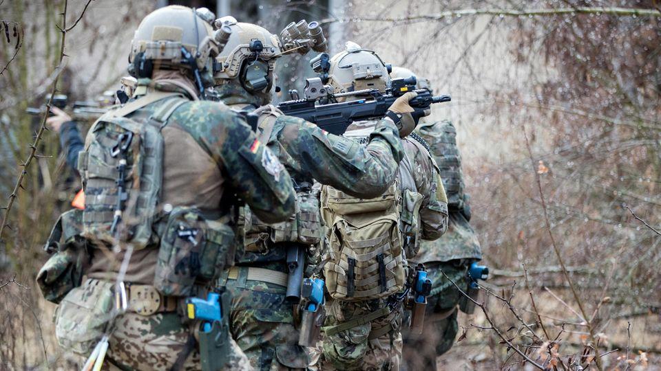Bundeswehrsoldaten der Eliteeinheit Kommando Spezialkräfte (KSK) trainieren den Häuserkampf und eine Geiselbefreiung