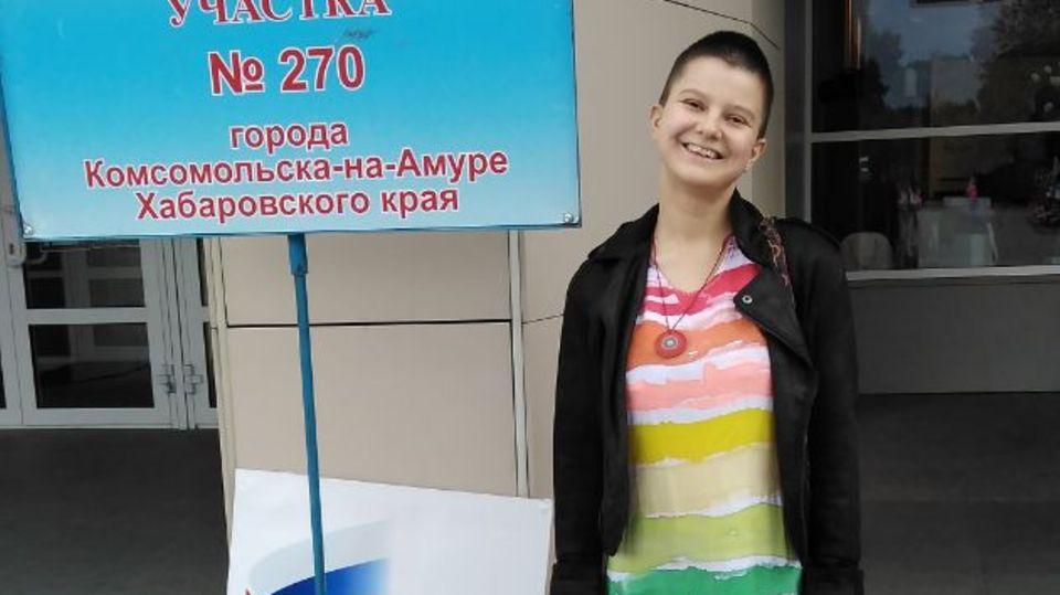 Russland, Komsomolsk am Amur:Künstlerin Julia Zwetkowa während sie vor der Wahlkommission des Bezirks Nr. 270 der Stadt Komsomolsk am Amur des Chabarowsker Regions steht