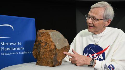 DLR-Meteoritenexperte Dieter Heinlein mit dem Steinmeteoriten aus Blaubeuren