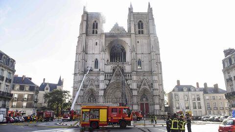 Großbrand in Kathedrale von Nantes - Rauch steigt aus dem Kirchengebäude auf