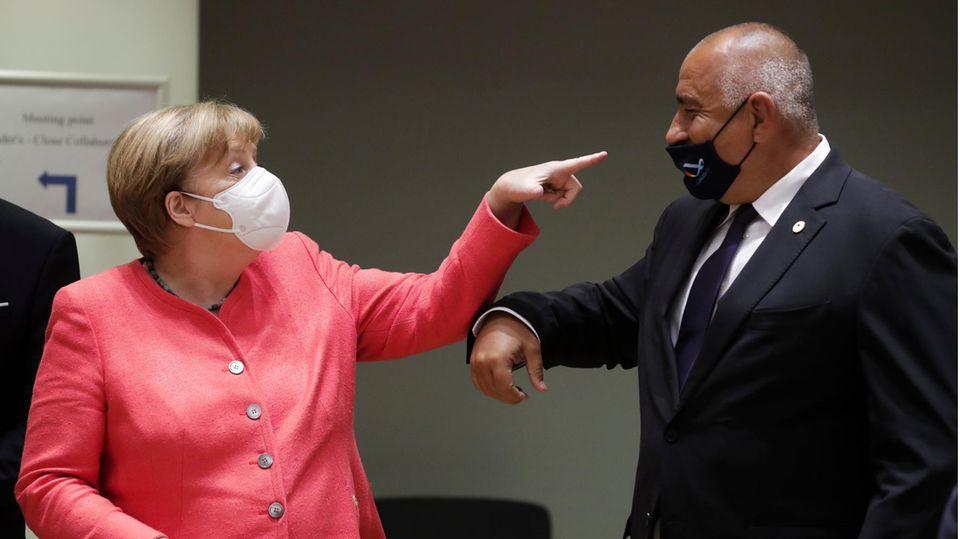 Mit ihrem linken Zeigefinger zeigt Bundeskanzlerin Angela Merkel, dass Bulgariens Ministerpräsident seine Maske falsch trägt