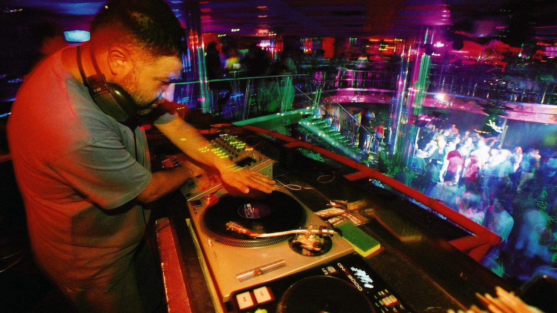 DJ am Goldstrand vor der Coronavirus-Pandemie