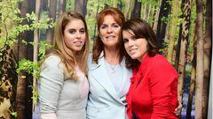 Prinzessin Eugenie steht neben ihrer Mutter Sarah Ferguson und ihrer Schwester Beatrice