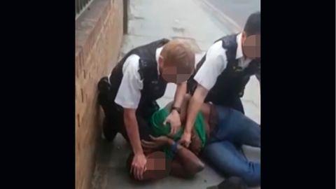 Standbild aus einer Videoaufnahme von einer Festnahme in London