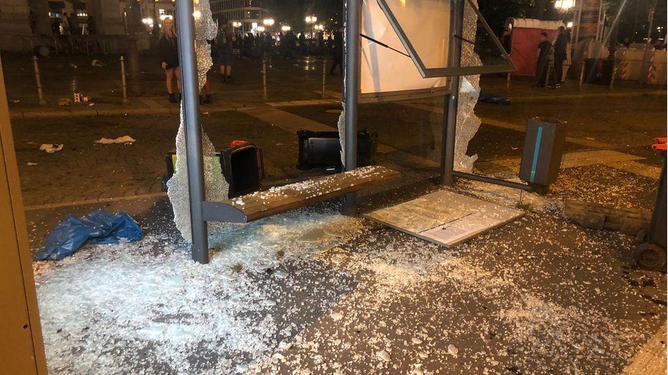 Zerstörtes Buswartehäuschen am Frankfurter Opernplatz