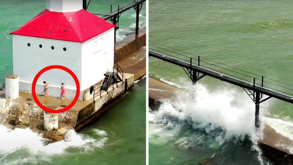 Zwei Kinder stehen an einem weißen Leuchtturm mit rotem Dach. Wellen spülen über die Mole, an dessen Ende der Leuchtturm steht