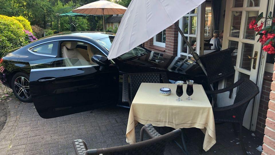 Ein Auto steht nach einem Unfall auf einem Grundstück in Appel