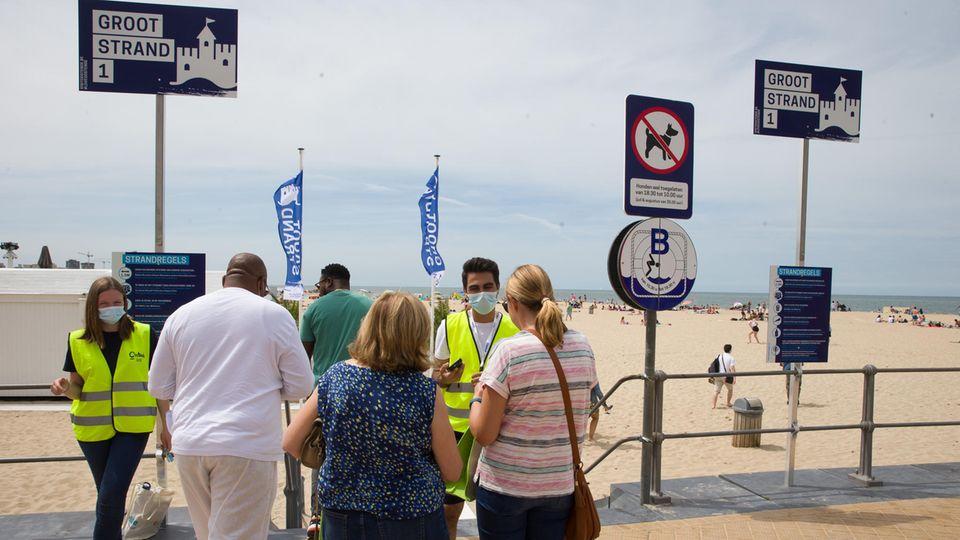 Bild 1 von 28der Fotostrecke zum Klicken:Belgien  Touristen aus Deutschland können problemlos einreisen, Grenzkontrollen oder Quarantäneregeln gelten für sie nicht. Wegen steigender Fallzahlen verschärft Belgien aber ab Samstag (25.7.) die Vorsichtsmaßnahmen gegen das Coronavirus wieder. Dann gilt eine Maskenpflicht auf öffentlichen Plätzen wie Märkten, Einkaufsmeilen und an anderen Orten mit viel Publikumsverkehr. Örtliche Behörden können die Regel ausweiten. In Bussen und Bahnen ist Mund-Nasen-Schutz ohnehin Pflicht. Gäste in Kneipen und Restaurants müssen Kontaktdaten hinterlassen.      An den Nordseeküsten gelten zum Teil zusätzliche Regeln: Für Strandbesuche an bestimmten Abschnitten wie in dem beliebten Ostende müssen Urlauber und Einheimische sich anmelden. Die Infektionszahlen in dem elf Millionen Einwohner zählenden Land sind in der vergangenen Woche um 89 Prozent gestiegen und liegen nun bei durchschnittlich 221 Fällen pro Tag. Für Reisende aus besonders schwer betroffenen Regionen hat Belgien Quarantäneregeln und Test-Pflichten eingeführt, darunter sind Gegenden in Portugal und Spanien.