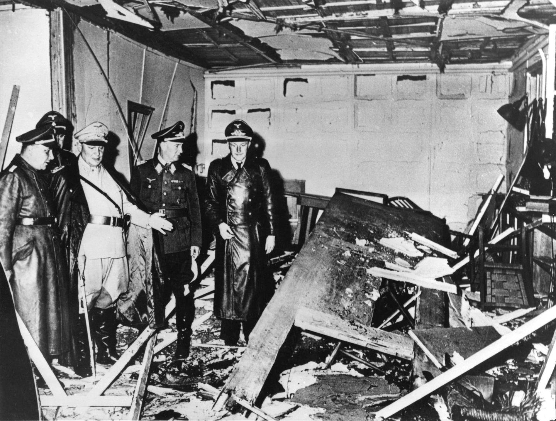 Nazis, darunter Martin Bormann (l.) und Hermann Göring (M.) besichtigen das Führerhauptquartier nach dem Attentat