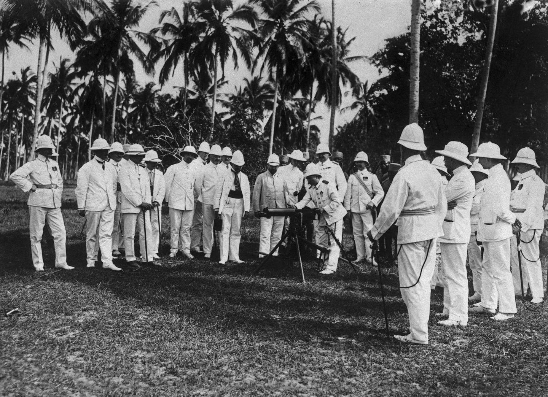 Deutsche Offiziere bei der Übung mit einem Maschinengewehr