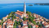 Kroatien  KROATIEN: Kroatien erlaubt Deutschen und Bürgern einiger anderer EU-Staaten seit Anfang Juni die Einreise ohne Nachweis bestimmter Gründe. Seit 10. Juli gilt dies für die Bürger aller EU-Staaten. Die Reisenden müssen an der Grenze nur erklären, wo sie sich aufhalten werden und wie sie erreichbar sind.      Damit sollen sie gefunden werden können, wenn es in ihrer Umgebung neue Corona-Infektionen gibt. Ein entsprechendes Formular kann vor Reiseantritt aus dem Internet heruntergeladen werden. An den Stränden gelten Abstandsregeln, eine Überbelegung soll verhindert werden. In Geschäften und öffentlichen Verkehrsmitteln gilt seit dem 13. Juli wieder Maskenpflicht.