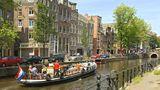 Niederlande  Für Deutsche ist der Holland-Urlaub weiter möglich. Amsterdam hat aber Touristen aufgerufen, freiwillig auf Besuche am Wochenende zu verzichten - aus Sorge vor einer zweiten Corona-Welle. Tagesgäste sollten ihren Besuch lieber auf Montag bis Donnerstag verschieben, so die Stadt. Touristen, die bereits in der Stadt sind, werden in den sozialen Medien aufgerufen, die Corona-Regeln zu beachten und Gedränge in der Stadt zu meiden. In Geschäften im Rotlichtviertel darf das ganze Wochenende lang kein Alkohol verkauft werden. Das Verbot gilt nicht für Kneipen und Restaurants.      Der Zustrom von Touristen vor allem aus Deutschland, Belgien und Frankreich aber auch von Niederländern hat so zugenommen, dass im Zentrum der Sicherheitsabstand von 1,5 Metern nicht einzuhalten ist. Dieser ist im öffentlichen Leben Pflicht, also auch in Geschäften und an Stränden. In öffentlichen Verkehrsmitteln gilt eine Maskenpflicht. Touristen sollen aber Bus, Bahn oder Metro möglichst nicht zu Stoßzeiten nutzen.