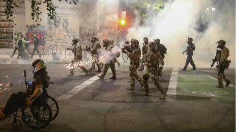 Die von der US-Regierung entsandten Truppen am Samstag in Portland, Oregon