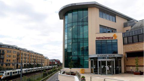 Eine Gesamtansicht der AstraZeneca-Büros und des Firmenlogos