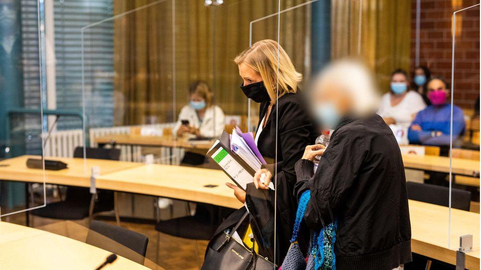 Die angeklagte 84 Jahre alte Frau (r) kommt im Saal des Landgericht Konstanz an