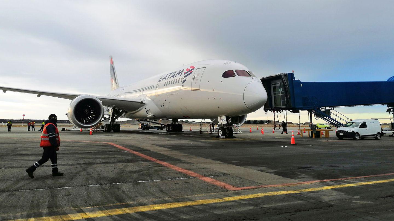 Beginn der 55-stündigen Rückreise nach Deutschland: DerDreamlinervon Latam am Flughafen von Punta Arenas im Süden Chiles