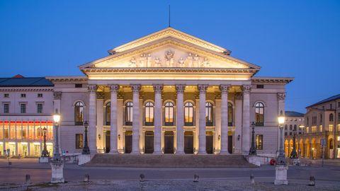 Die Bayerische Staatsoper in der Abenddämmerung