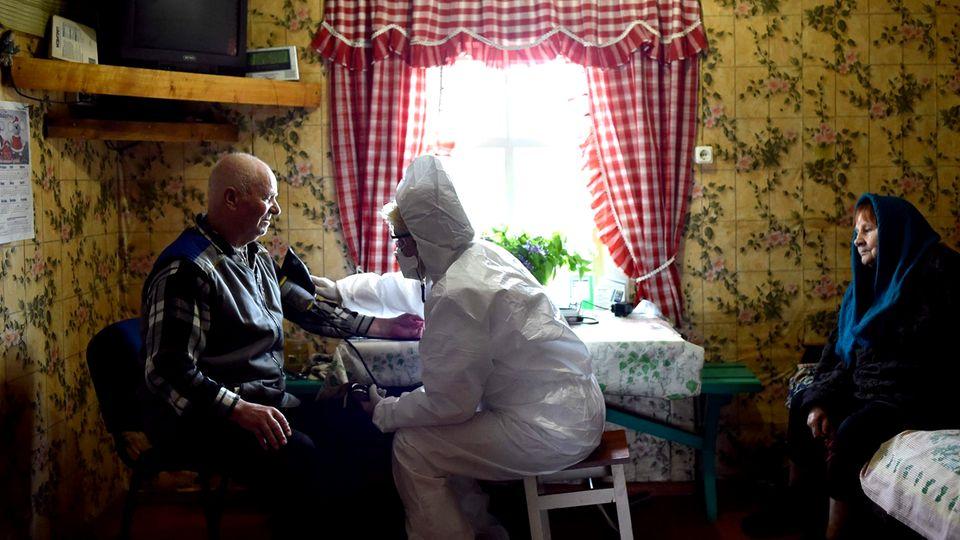 Ein älterer Mann wird untersucht