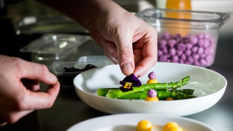 Anrichten im Restaurant von Tim Raue