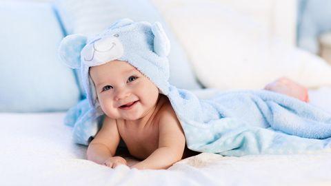 Ein Baby braucht regelmäßige Pflege