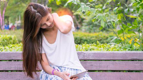 Körperhaltung : Von Geierhals und Witwenbuckel – wie krummes Sitzen der Psyche schadet