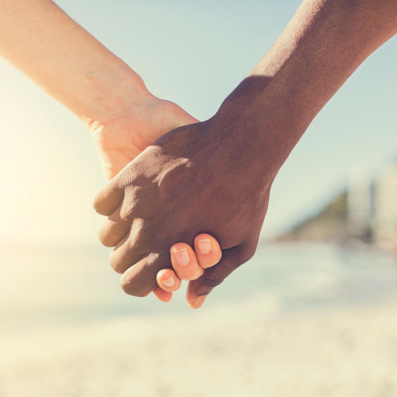 Schwarzer Kerl liebt weißes Mädchen
