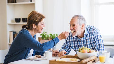 Ein älteres Paar beim Frühstück