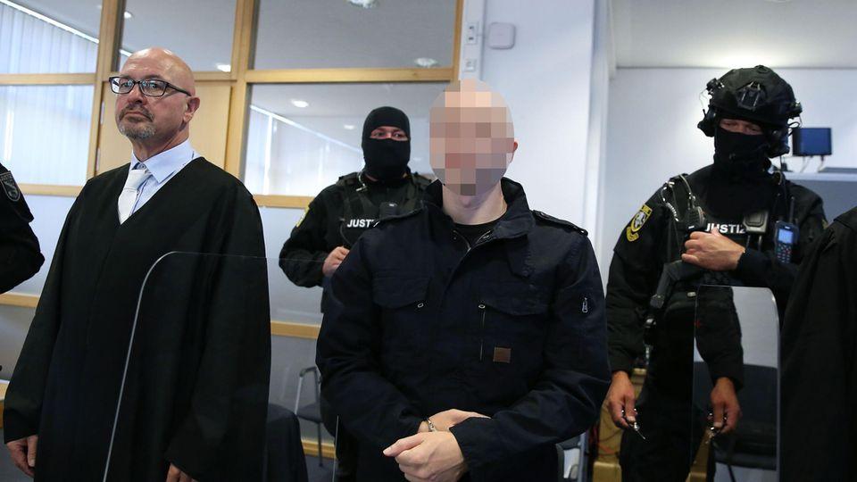 Der Angeklagte Stephan B. (Mitte) neben seinem VerteidigerHans-Dieter Weber