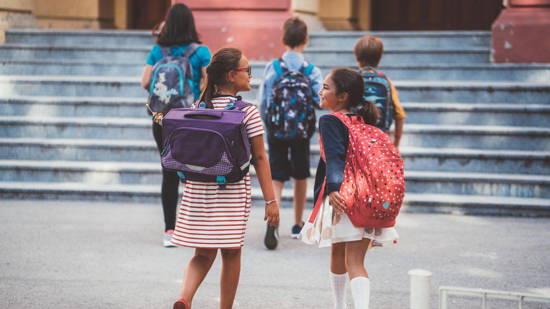 Schülerinnen unterhalten sich auf dem Schulhof