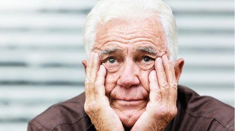 Verzweifelter älterer Mann