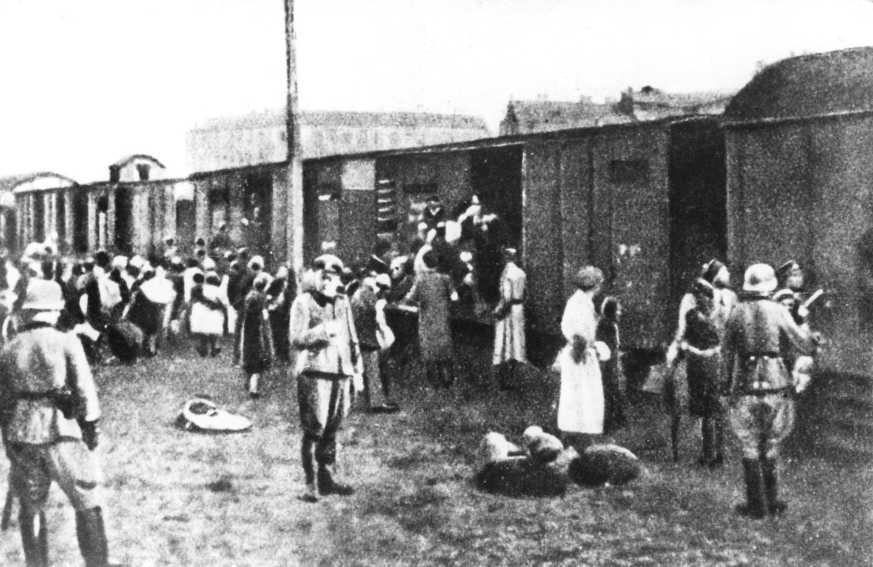 22. Juli 1942: Aus dem Warschauer Ghetto rollen die ersten Waggons nach Treblinka  Erniedrigt, entrechtet, ermordet: Im Juli 1942 läuft die Aktion Reinhard an. UnterdiesemTarnnamen organisieren die Nazisdie systematische Ermordung aller Juden und Romaim deutsch besetzten Polen während des Zweiten Weltkrieges. Das Bild zeigt, wie Menschen in Güterwaggons gezwungen werden, um in das Vernichtungslager Treblinka gebracht zu werden. Zwischen Juli 1942 und Oktober 1943 werden im Zuge der Aktion Rheinhardetwa 1,6 bis 1,8 Millionen Juden sowie rund 50.000 Roma ermordet.