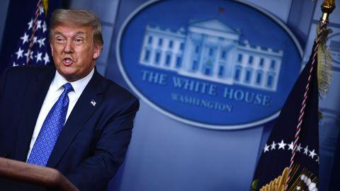 Donald Trump vor dem Logo des Weißen Haus