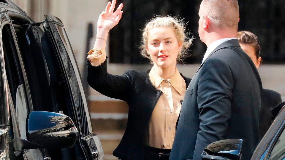 """Verleumdungsprozess : Amber Heard behauptet, Johnny Depp habe etwa 30 Flaschen """"wie Granaten"""" nach ihr geworfen"""